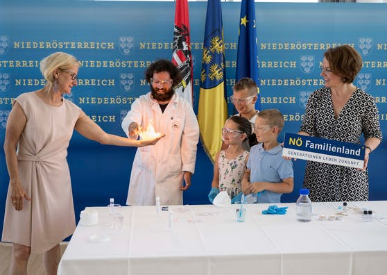 Landeshauptfrau Johanna Mikl-Leitner und Bildungslandesrätin Christiane Teschl-Hofmeister mit den jungen Forschern.