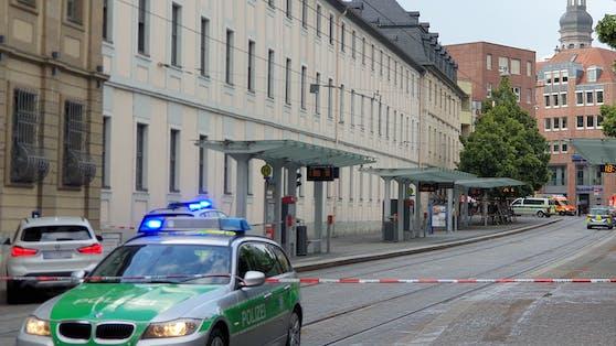 In Erfurt griff ein Mann zwei Personen mit einem Messer an. Im Bild: Absperrung in Würzburg nach der Messerattacke von Freitag.