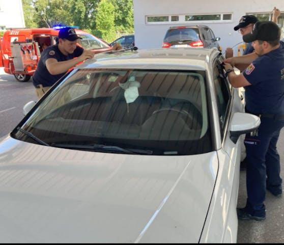 Die Kameraden der Freiwilligen Feuerwehr Ried befreiten das 6 Monate alte Mäderl aus dem Auto.