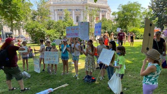 Junge Aktivisten demonstrierten am Montag in der Wiener City.