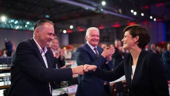 Am Bundesparteitag wurde noch Einigkeit demonstriert. Nun fliegen zwischen Hans Peter Doskozil und Pamela Rendi-Wagner die Fetzen.