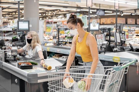 Im Supermarkt ist für Kunden das Tragen eines Mund-Nasen-Schutzes weiter verpflichtend, die FFP2-Maske ist nicht mehr notwendig.