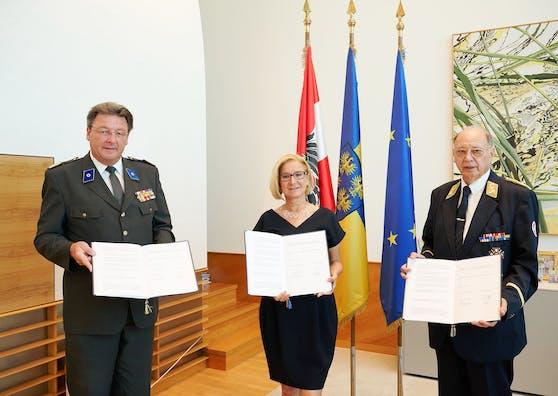Landeshauptfrau Johanna Mikl-Leitner mit dem Präsidenten des Roten Kreuzes Josef Schmoll (li.) und dem Präsidenten des Samariterbundes Otto Pendl.