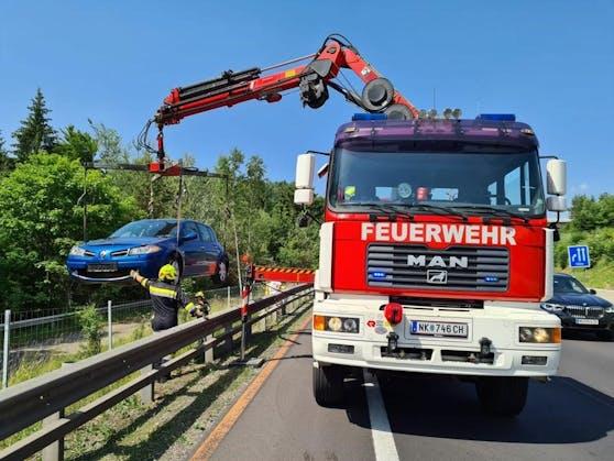 Der Wagen wurde von der Feuerwehr abtransportiert.