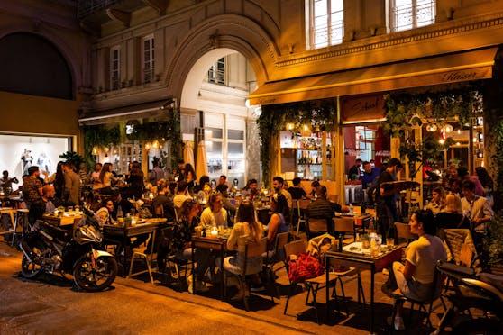 Nun räumt Griechenland Geimpften gewissen Privilegien ein. (Im Bild: Menschen in einer Bar in Athen)