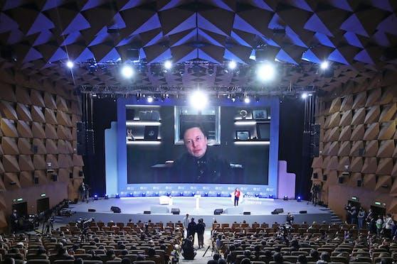 Elon Musk will mit seinen Satelliten erdumspannenden Internet-Empfang garantieren. Astronomen sind besorgt.