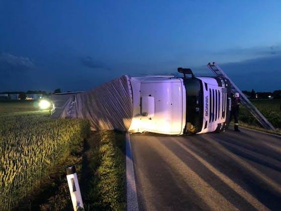 Im Innviertel kippte ein Lkw um. Der Lenker war schwer betrunken, die Bergung dauerte stundenlang.
