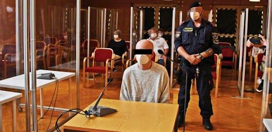Der Beschuldigte soll versucht haben, seinen Bruder mit einem Messerstich zu töten.