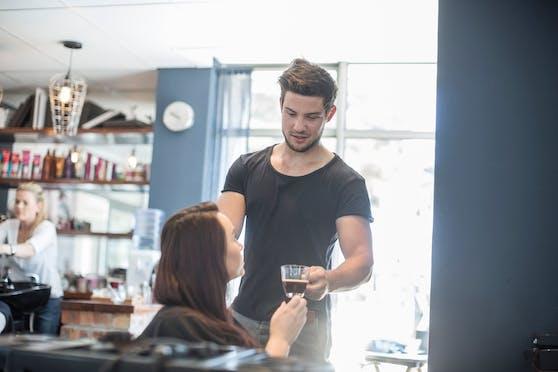 Am 1. Juli sind vielerorts die Masken gefallen – auch beim Friseur. Somit darf hier auch wieder Kaffee serviert werden!