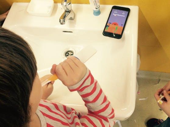 Per Bluetooth steht die Zahnbürste mit der Playbrush-App auf dem Smartphone in Verbindung und überträgt die Putzbewegungen in Spiele.