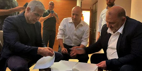 Historischer Vertrag: Yair Lapid (links), Naftali Bennet und Mansour Abbas (rechts)