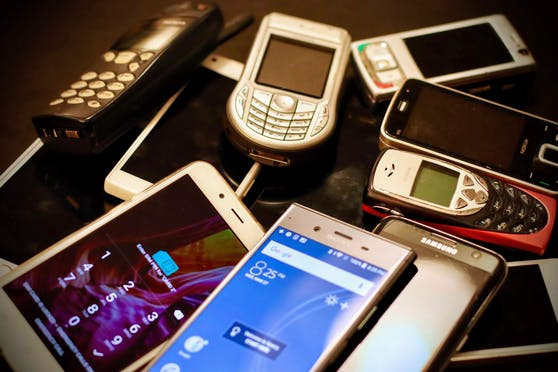 Dutzende Mobiltelefone werden aktuell gratis im Internet angeboten.