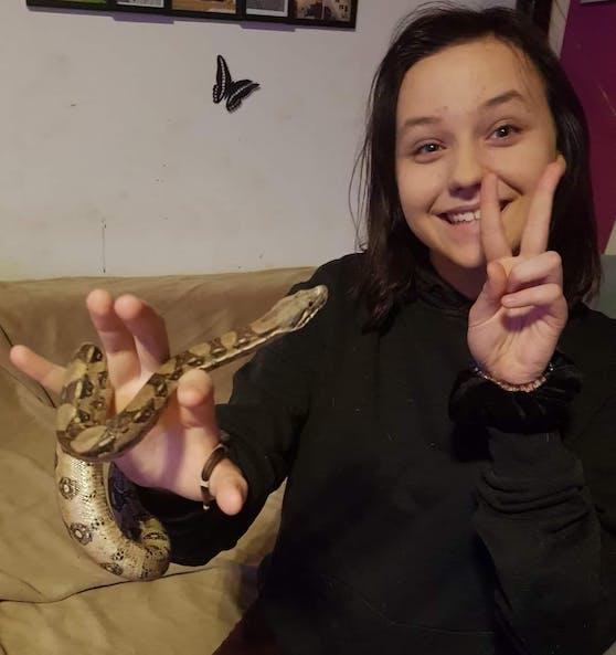 Leonie mit einer der Schlangen - die Familie hat zahlreiche Haustiere, Leonie liebte sie ...