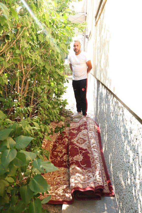 Gökhan C. ist der Nachbar des 18-jährigen Mordverdächtigen. Im Wohnhaus in Wien-Donaustadt, in dem Leonie (13) mutmaßlich getötet wurde, lag dieser Teppich im Hof.