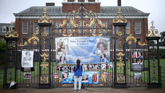 Der Eingang des Kensington Palace erinnert an die verstorbene Diana.