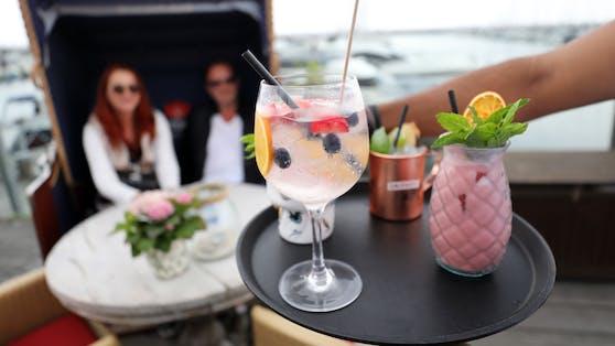 Restaurants, Bars und Cafés sind wieder geöffnet. Doch viele Gastwirte haben die Preise angehoben.