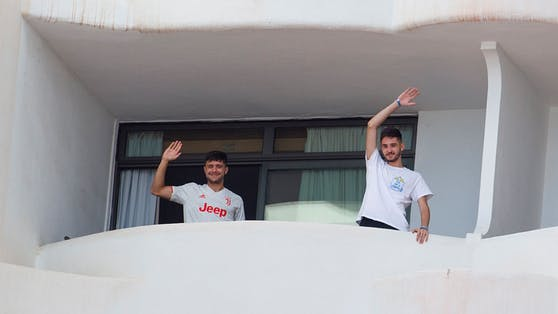 250 Schüler wurden im Hotel eingesperrt – immer wieder kommt es zu Fluchtversuchen.