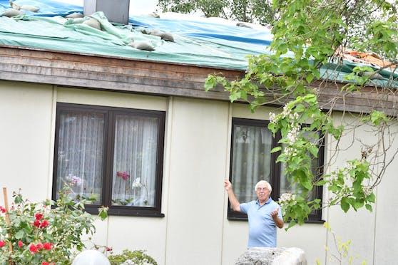 Hans Potoschnig zeigt sein zerstörtes Haus.