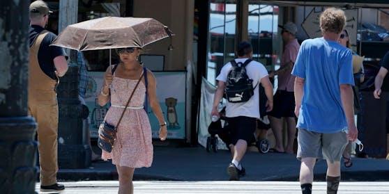 Ohne Sonnenschirm ist es aufgrund der extremen Hitzewelle kaum auszuhalten