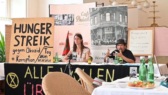 Martha Krumpeck und Josef Etzelsdorfer setzen den Hungerstreik fort.