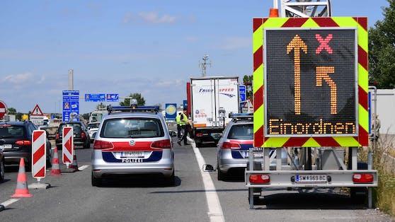 Trotz gut sichtbarer Absicherungsmaßnahmen fuhr ein Pkw-Lenker auf das Dienstfahrzeug auf. Symbolbild.