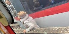 Mann mit Hut quert U6-Gleise und wird fast überfahren