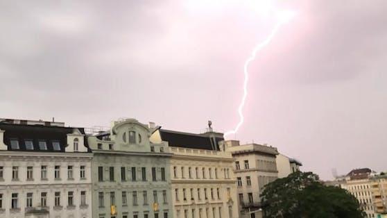 Starke Blitz-Gewitter könnten am Sonntag auch Wien mit voller Wucht treffen.