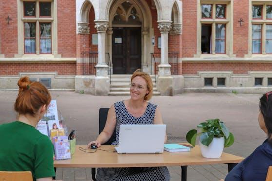 Wiedens Bezirkschefin Lea Halbwidl (SPÖ, M.) verlegte ihr Büro für einen Tag ins Freie.