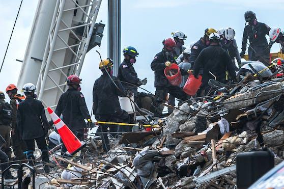 Die Suche nach Überlebenden nach dem Einsturz eines Wohnhauses in Miami läuft. Wie nun klar wurde, dürfte unter den Verschütteten auch ein Österreicher sein.