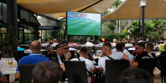 Public Viewing im Gastgarten einer Bar (Symbolbild)