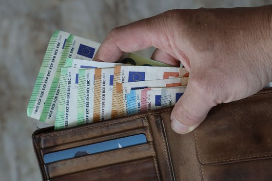 Online-Shopping, NoVA: Österreicher müssen ab 1. Juli tiefer in die Geldbörse greifen.