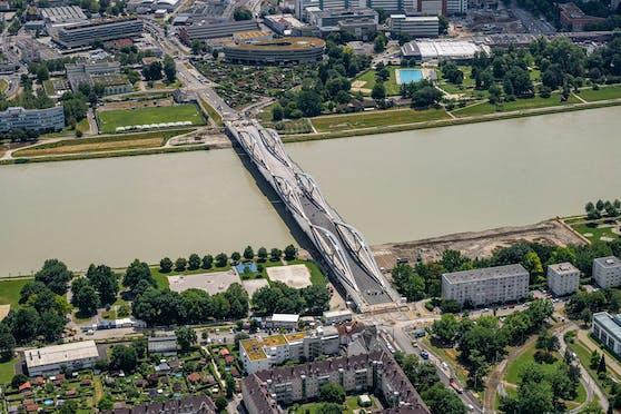 Am 28. August soll die neue Eisenbahnbrücke eröffnet werden.