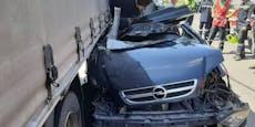 Pkw kracht in Lkw, Beifahrerin wurde eingeklemmt