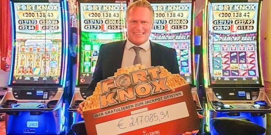 Casino Salzburg Direktor Wolfgang Haubenwaller mit dem Gewinnscheck vor dem Fort Knox Automaten.