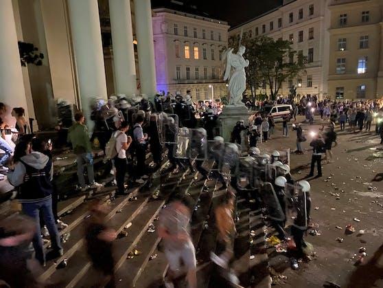 """Als Folge der temporären Platzsperre am Karlsplatz rief die Stadt die """"Awareness-Teams"""" ins Leben. Diese sollen die Einhaltung der Regeln (etwa bei Lärm oder Müll) einmahnen und mit der Polizei vermitteln. Am vergangenen Samstag waren die A-Teams erstmals unterwegs, seither wurden rund 600 Gespräche geführt."""
