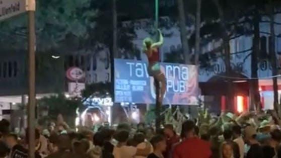 """Der Privat-TV-Sender """"telefriuli""""zeigt Bilder der wilden Party-Nacht im Zentrum von Lignano"""