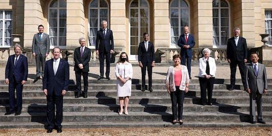 Die Finanzminister der G7-Staaten mit hochrangigen Beamten der EU