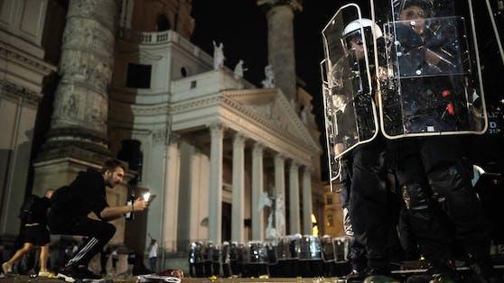 Die Polizei räumte gegen 1 Uhr den Karlsplatz.