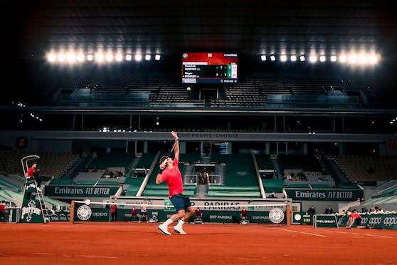 Federer serviert zu später Stunde in Paris.