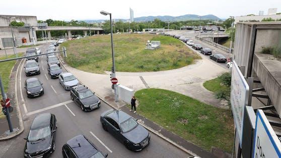 Bis zu 1,5 Stunden standen die Impf- und Testlinge vor dem Austria Center im Stau. Es kam zu Blockabfertigung durch die Polizei.