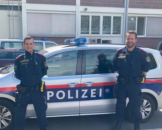 Jürgen (li.) und Bernhard von der Polizeiinspektion Sonderdienste befreiten den Senioren.