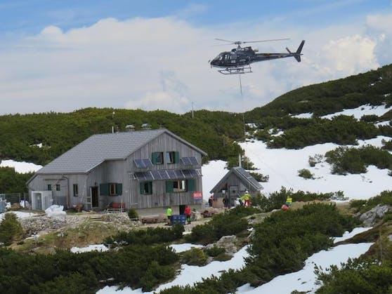 Mittels Helikopter wurde das Bier zu der Hütte geflogen.