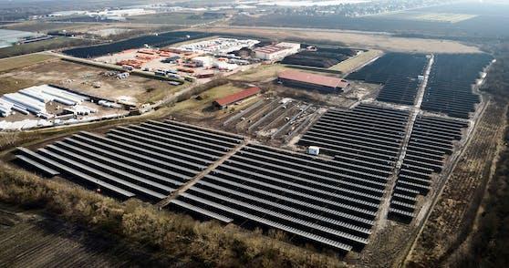Die PV-Anlage in Wien-Donaustadt ist die größte Österreichs. Wiener können sich per Gutschein an dem Projekt beteiligen und Gutschriften auf Stromrechnungen erhalten.