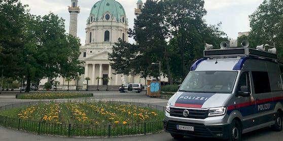 Polizei am Karlsplatz im Resselpark