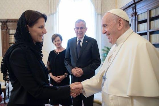 Ministerin Karoline Edtstadler und Alexander Van der Bellen (mit Gattin Doris) bei Papst Franziskus