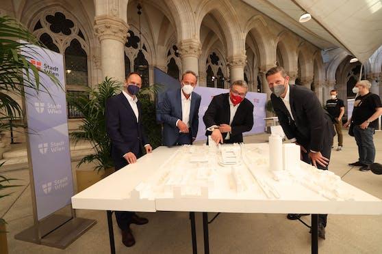 Das Architektenteam Karl und Bremhorst (li.) mit Sportstadtrat Peter Hacker (SPÖ, 2.v.r.) und MA51-Chef Anatol Richter (r.).