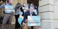 Aktivisten benützen Gold-Klo vor VP-Zentrale, flüchten