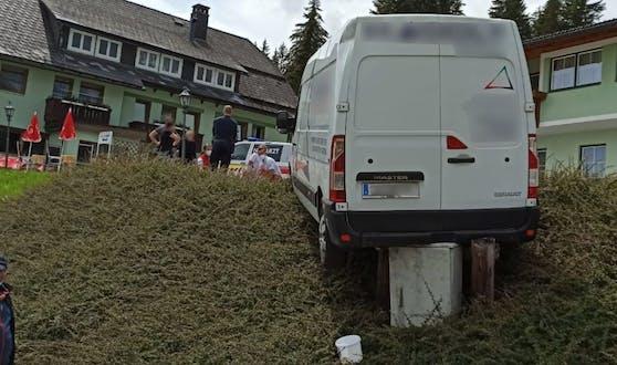 Der Kastenwagen geriet auf der abschüssigen Fläche von selbst in Bewegung.
