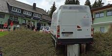 Paketzusteller wird von eigenem Lieferwagen überrollt