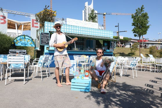 Barkeeper-Talent und Frohnatur Marcel Katzer (rechts) und Partner Daniel Schober (rechts), gemeinsam schupfen sie das Amalfy Amalfy am Copa Beach.